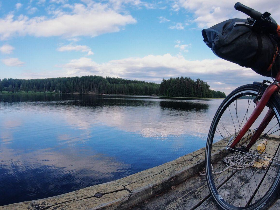 PyhäNäsi pyöräreitti pyörä laiturilla järvimaisemassa