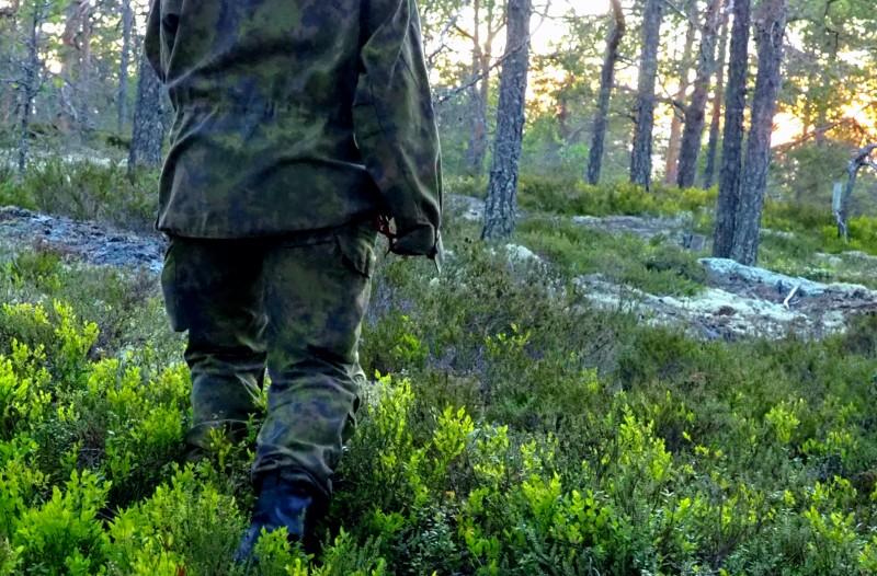 Maastopuvussa metsässä
