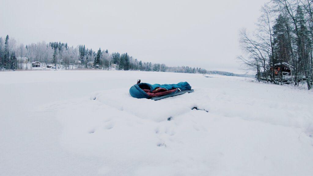 talvi luminen maisema makuupussi makuualusta