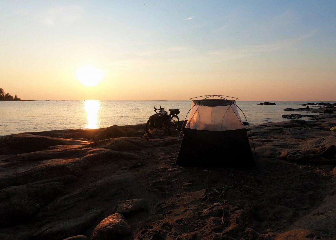 pyörä ja teltta auringonlaskussa